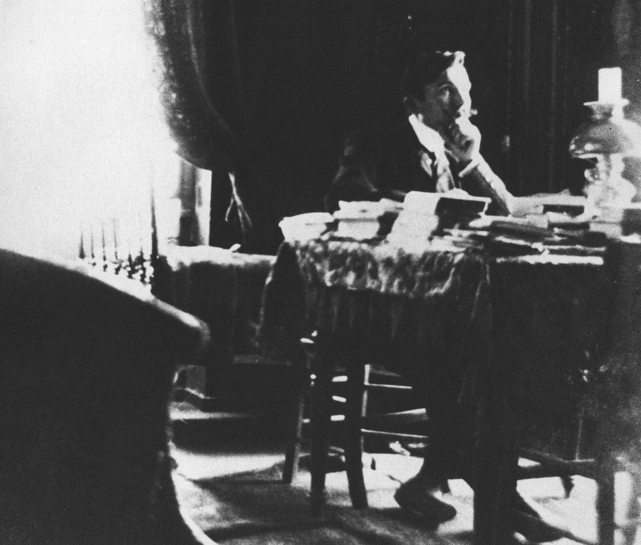 Φωτογραφία του Νίκου Καζαντζάκη, φοιτητή στο Παρίσι, στο γραφείο του